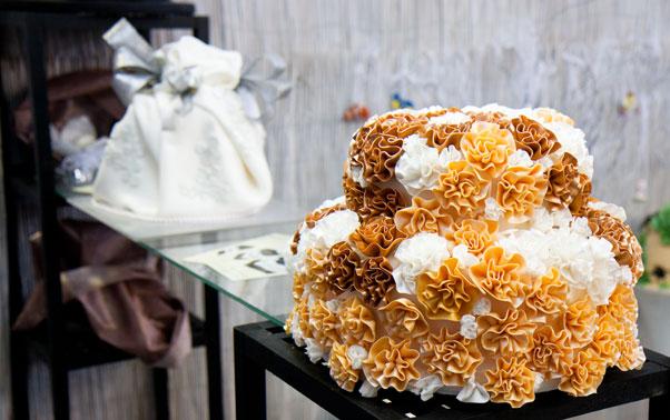 Tort de nunta cu flori in pasta de zahar targ Baia Mare